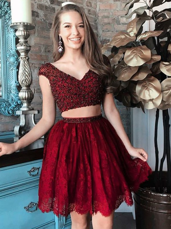 A-Line/Princess V-neck Sleeveless Short/Mini Lace Homecoming Dresses with Beading