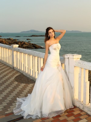 Ball Gown Strapless Sleeveless Chapel Train Satin Wedding Dresses with Hand-Made Flower