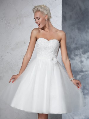 A-Line/Princess Sweetheart Sleeveless Knee-Length Net Wedding Dresses with Hand-Made Flower